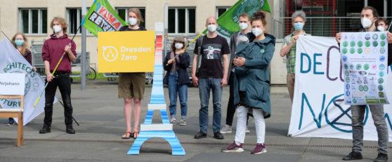 Teilnehmende von Klimaschutzbündnis  mit dem Eiffelturm.
